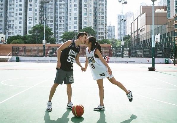 Pareja practicando basket, ejercicio en pareja