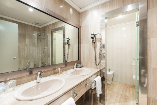 baño hotel carñton