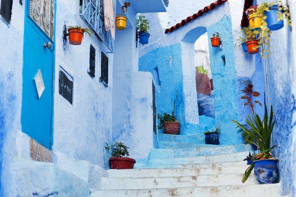 calle de chefchaouen pared azul