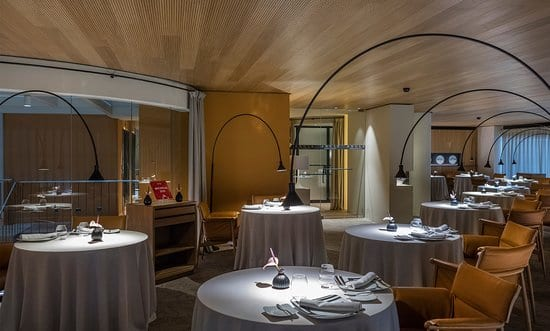 sala interior restaurante angle
